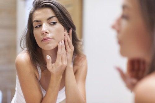 Kvinde der ordner sin hud i ansigtet - aeblecidereddike kan goere dig smukkere