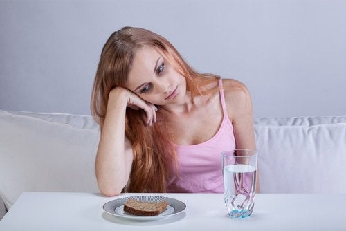 Ung kvinde der haenger over maden