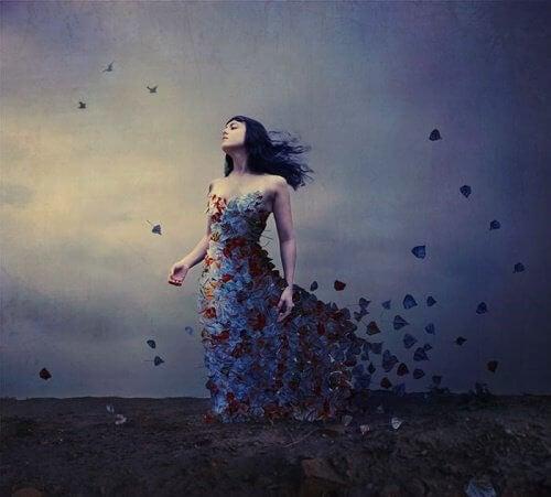Kvinde der har en kjole af fugle