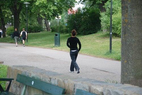 Gaatur i en park