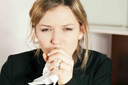 Kvinde der hoster