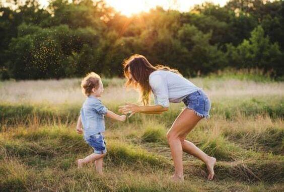 Mor og dreng leger