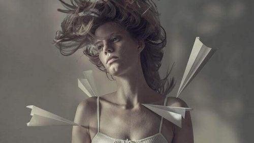 Kvinde og papirfly