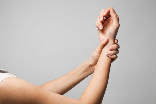 Kvinde der straekker sin arm