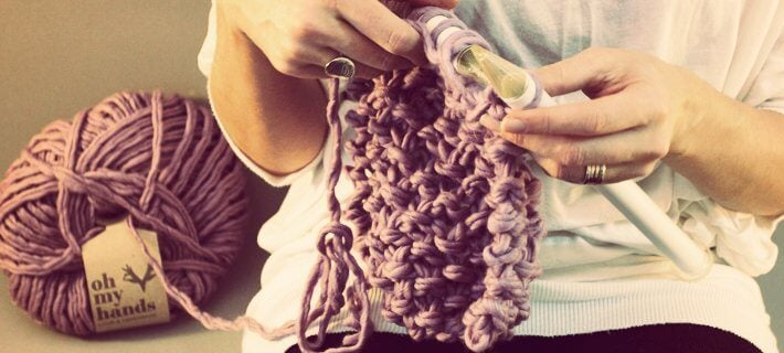 Kvinde der strikker