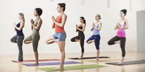 Kvinde der laver yoga stilling