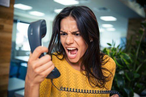 Ung kvinde der raaber af telefonen