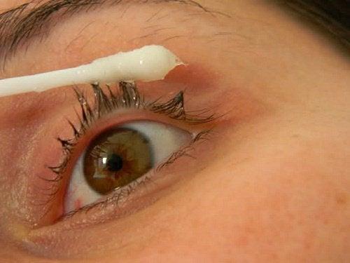 Prøv dette naturlige middel for længere øjenvipper
