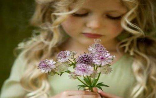 Pige med blomster