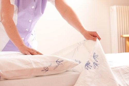 Kvinde der reder sin seng
