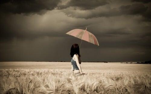 Kvinde med paraply - farverige paraplyer