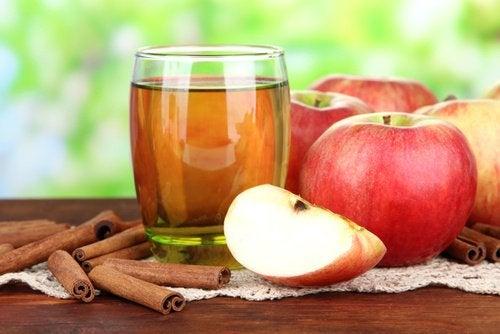 Juice med æble, citron og kanel kan rense leveren