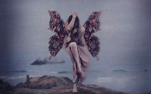 Kvinde med sommerfugle vinger
