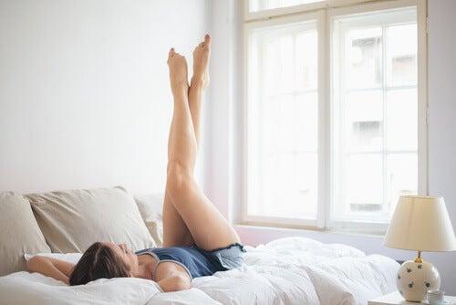 Kvinde der laver ben loeft i sengen