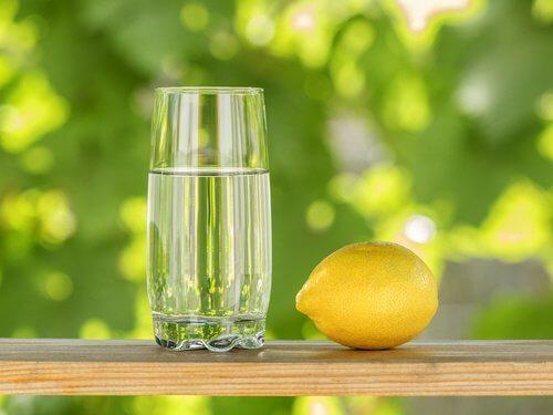 Citron og et glas vand