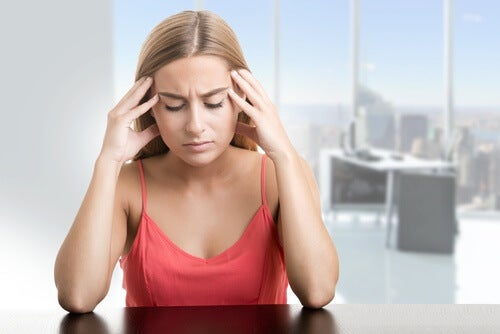 Kvinde der sidder med arbejdstraethed