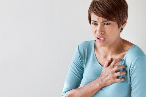 Kvinde med brystsmerter