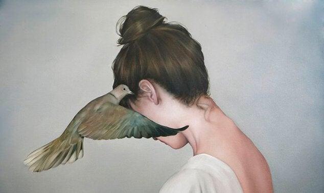 Kvinde med trae due ved oeret