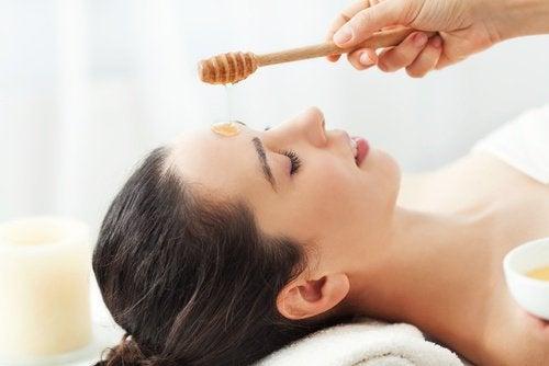 Kvinde der faar honning maske paa