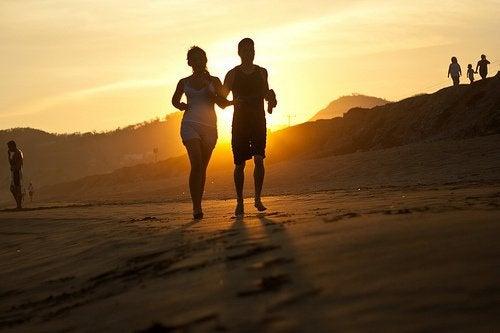 Det bedste du kan gøre for at bekæmpe både ydre og indre fedt er at leve sundt og dyrke regelmæssig motion