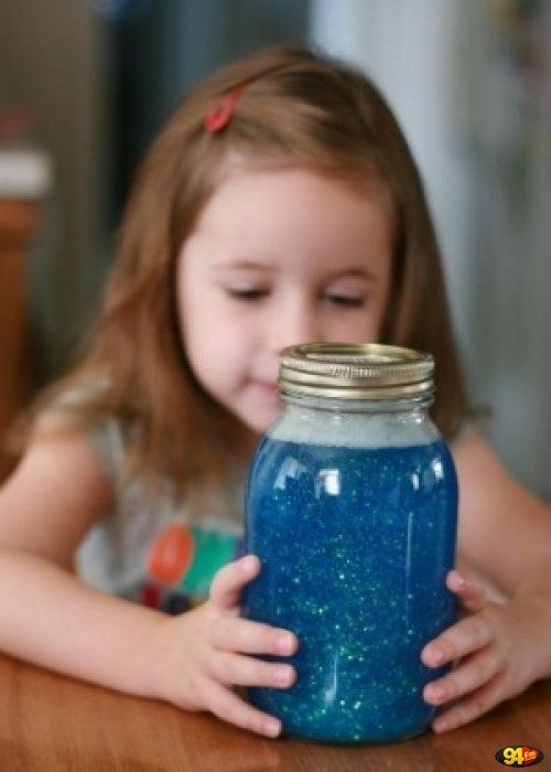 Pige der kigger paa glitterkrukke