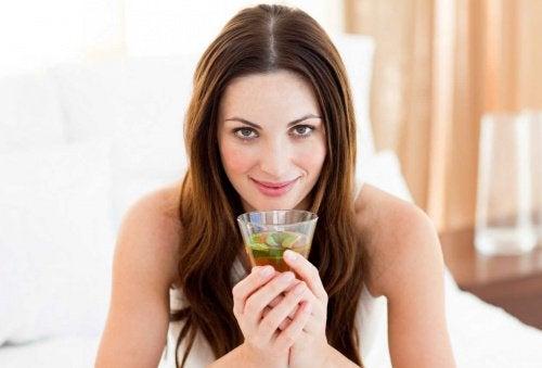 Kvinde der drikker groen te