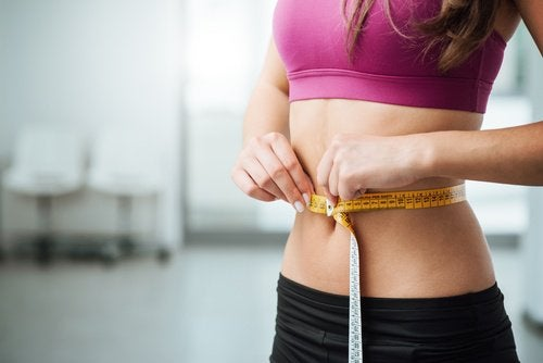Kvinde med flad mave