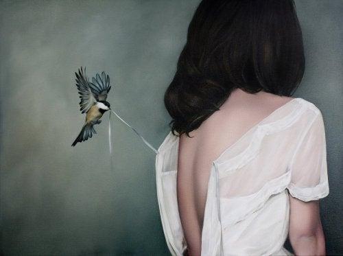 Kvinde med fugl der aebner kjole