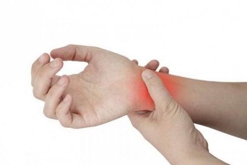 seneskedehindebetændelse hånd