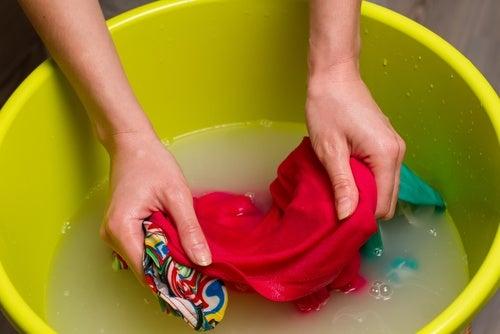 Kvinde der haandvasker toej