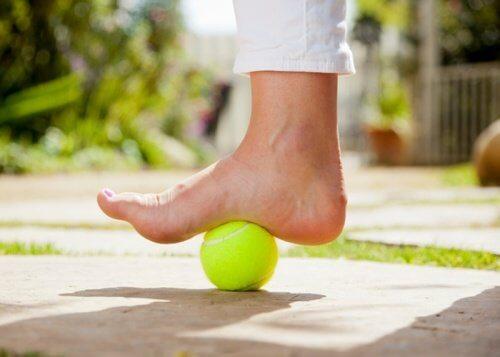 Sådan bruger du en tennisbold til at lindre plantar fasciitis smerte