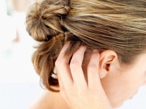 Kvinde der kloeer sig i haaret