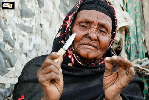 Afrikansk kvinde der holder en lille kniv