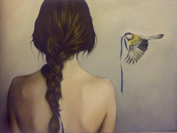 Pige med fletning og en fugl