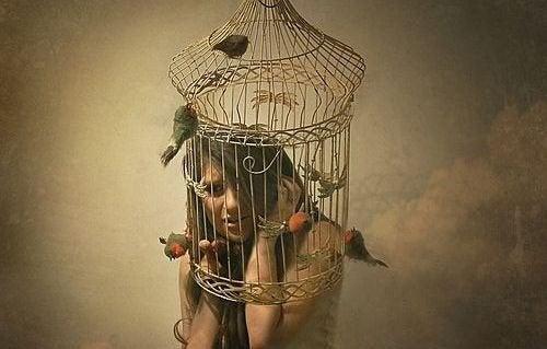 Pige med hovedet i et fuglebur