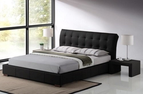 Redt seng i et sovevaerelse