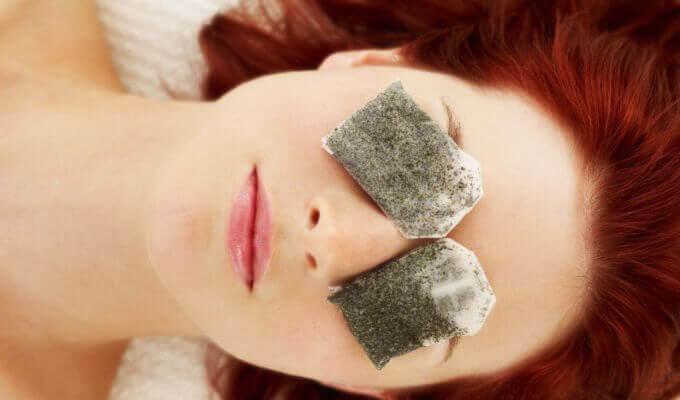 Kvinde med teposer paa ansigtet