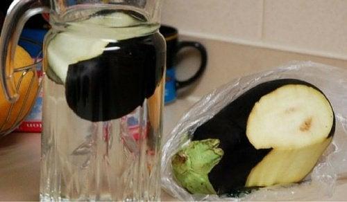 Tab dig og kontroller kolesterol med vand og aubergine