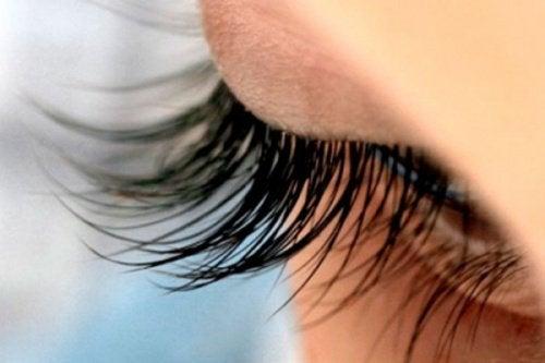 13 fantastiske tricks til naturligt smukke øjenvipper