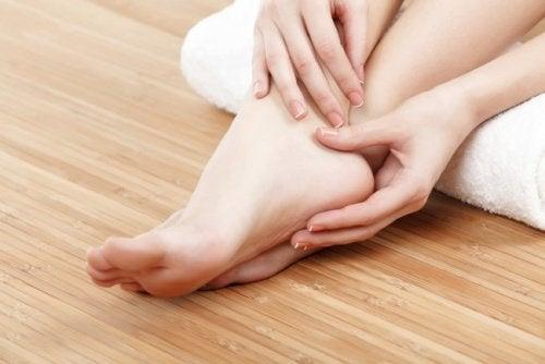 Hævede fødder kan være et tegn på dårlig blodcirkulation