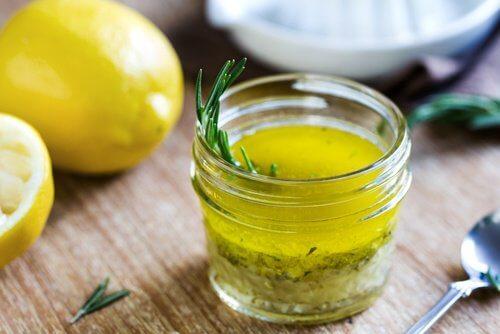 Glas med citron og olivenolie