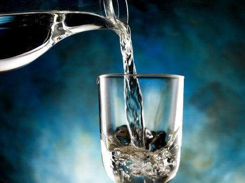 Et glas vand der bliver haeldt op