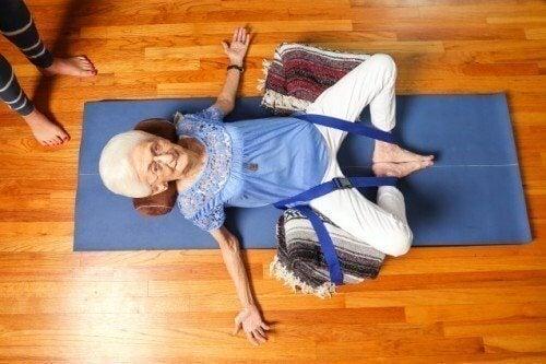 Aeldre kvinde der dyrker yoga