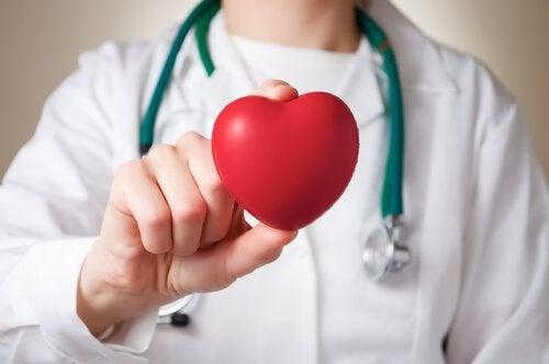 Laege der holder et hjerte - Xantelasma