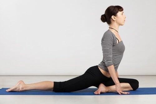 Kvinde der dyrker yoga - hvordan yoga aendrede kropsholdningen
