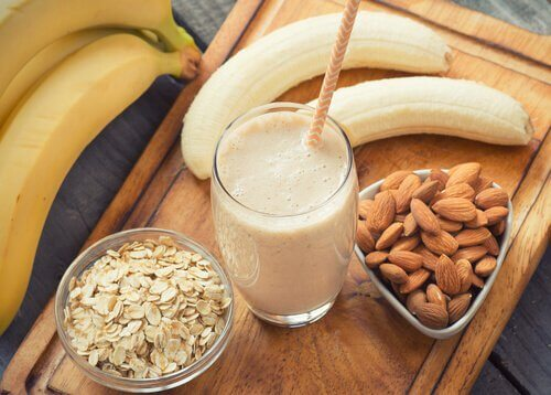 Bananer, mandler og en smoothie