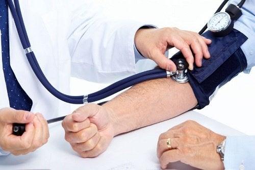 Mand der faar foretaget blodtryksmaaling