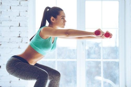 Kvinde der laver squats