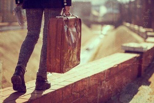 Person der gaar med en kuffert