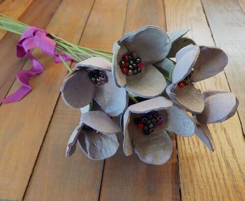 Genbruge æggebakker kunstige blomster.